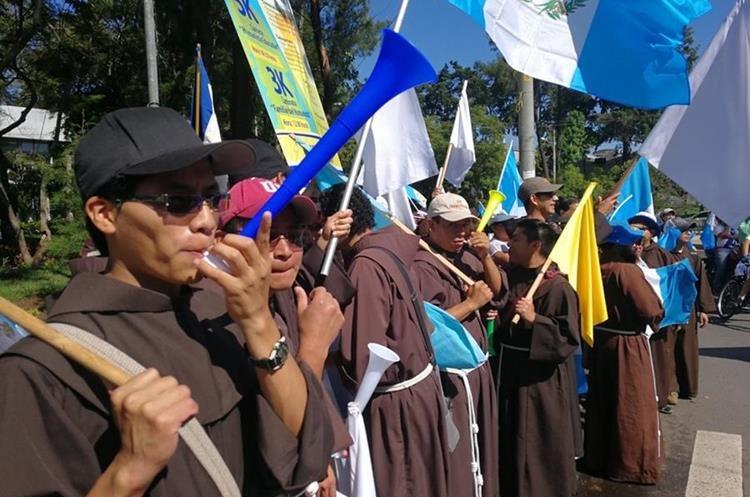 Monjes franciscanos apoyan la marcha en la Universidad de San Carlos.
