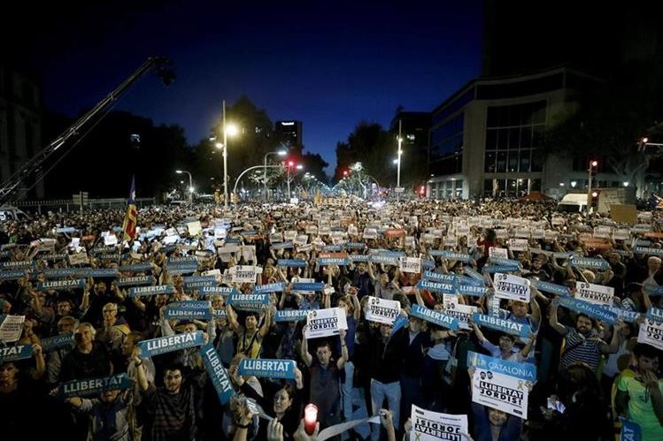 Analistas creen que si España interviene Cataluña, las protestas callejeras se incrementarán, amenazando con inestabilidad. (Foto Prensa Libre: EFE)