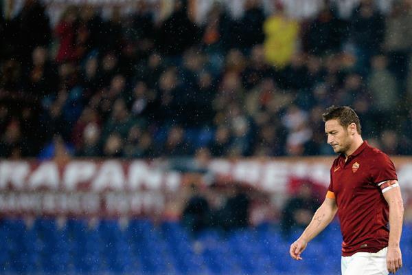 Francesco Totti delantero de la Roma sale decepcionado del partido luego de la derrota en casa. (Foto Prensa Libre: AFP)