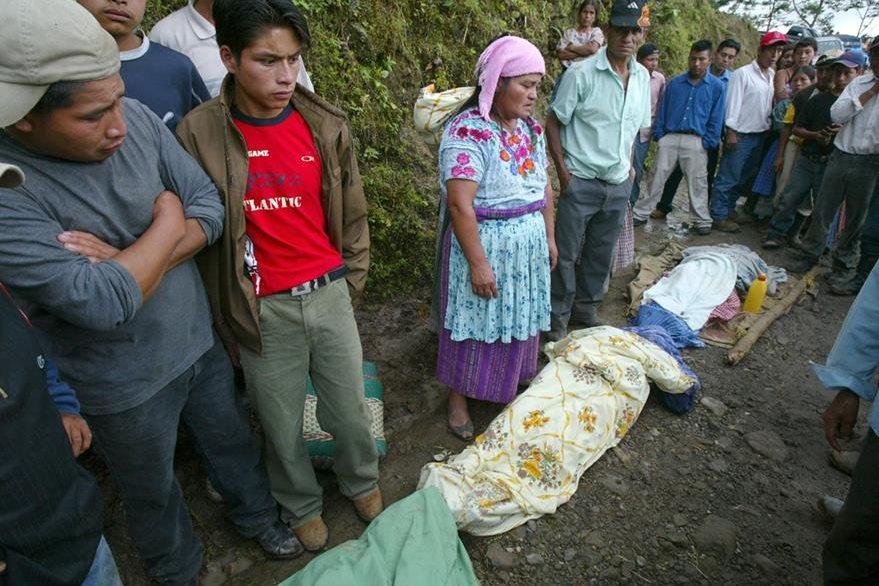 19/10/2006, familiares de las víctimas del  accidente del bus extraurbano de  transportes Rodríguez. (Foto: Hemeroteca PL)