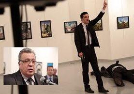 Un hombre armado hace gestos después de disparar al embajador de Rusia en Turquía, Andrei Karlov (Inserto). (Foto Prensa Libre: AP).