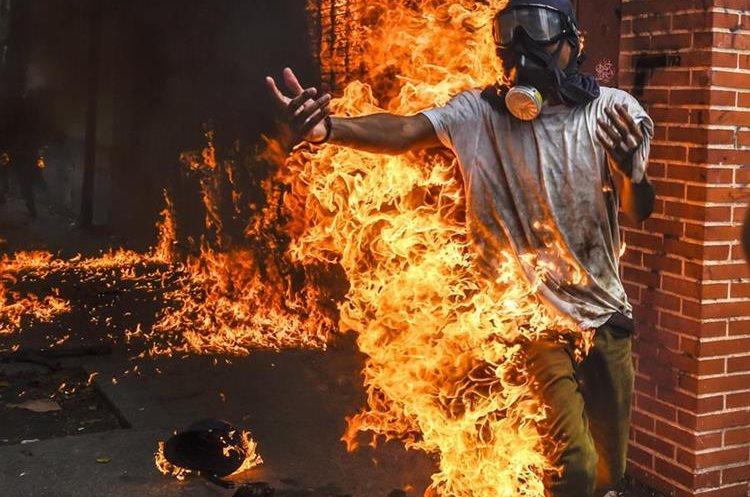 El joven se tiró al asfalto para tratar de sofocar las llamas en su cuerpo.