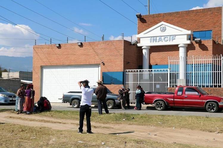 Familiares esperan los restos de Juana Aguilón Lucas, de 82 años, quien fue atacada por un hombre, en San Juan Ostuncalco. (Foto Prensa Libre: Carlos Ventura)