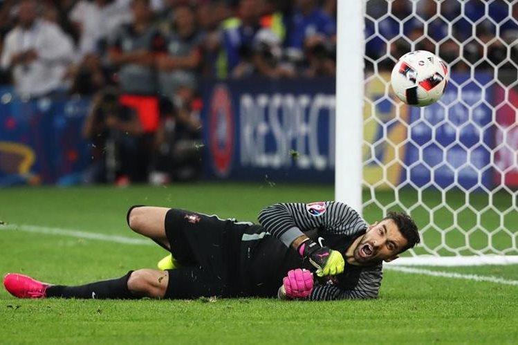 """Rui Patricio le atajó el penalti a """"Kuba"""" en los cuartos de final contra Polonia. (Foto Prensa Libre: EFE)"""