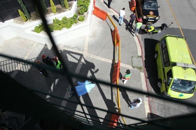 Ataque armado en zona 10 deja un muerto en el bulevar Los Próceres. (Foto Prensa Libre: Érick Ávila)