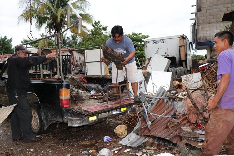 Rafael Tiguilá (centro), quien llevan más de 15 años de dedicarse al reciclaje. (Foto Prensa Libre: Rigoberto Escobar)