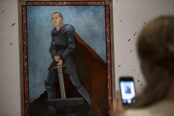 """Una pintura representa Vladimir Putin, como el rey Arturo durante la exposición """"Putin Universo""""."""