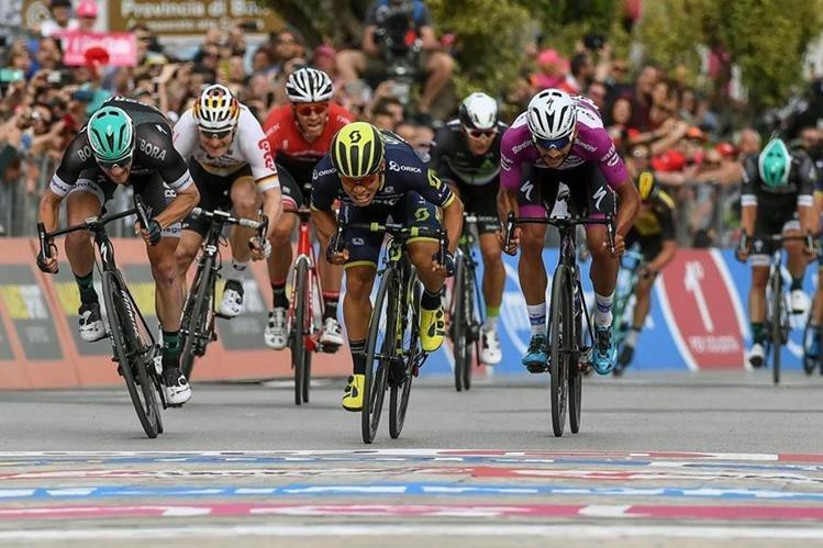 El ciclista australiano Caleb Ewan (c) del Orica Team se impone en un increíble remate al colombiano Fernando Gaviria (d). (Foto Prensa Libre: EFE)