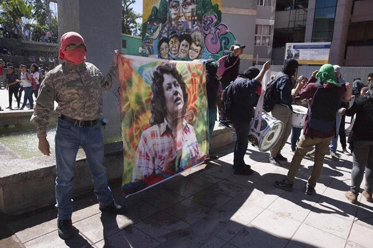Universitarios hondureños sostienen una imagen de la ambientalista Berta Cáceres.(EFE).