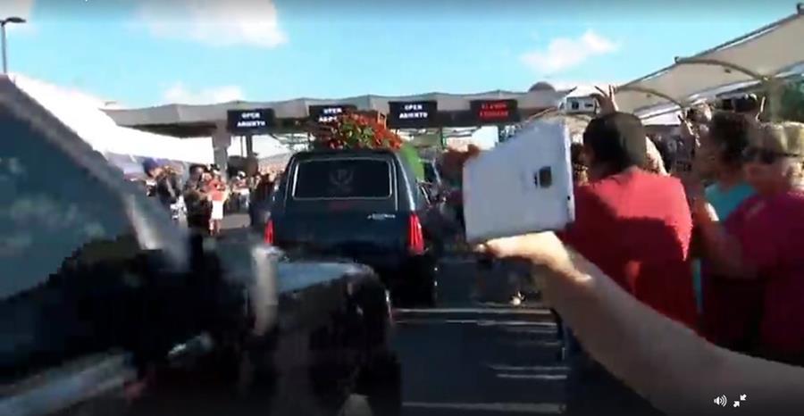 Fanes reciben el féretro de Juan Gabriel, en la frontera de México y Estados Unidos. (Foto Prensa Libre: Hemeroteca PL)