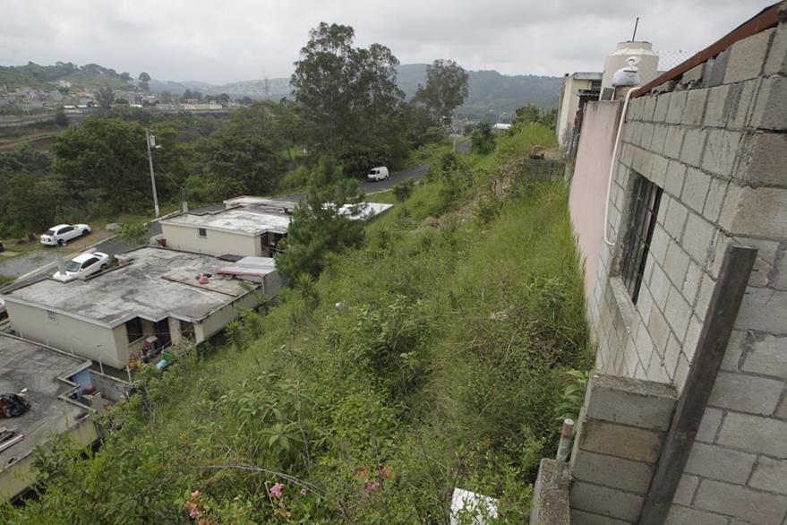 El socavamiento de algunas áreas es uno de los mayores problemas actuales (Foto Prensa Libre: Edwin Berci‡án)