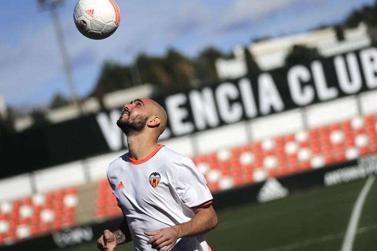 El nuevo delantero italiano Simone Zaza fue presentado con el Valencia para esta temporada. (Foto Prensa Libre: EFE)