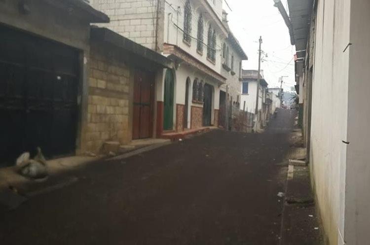 En Chimaltenango algunas calles han cambiado a color café y negro por las capas de ceniza que ha caído.
