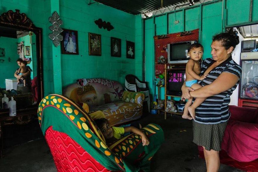 """Jania Medina, exresidente del barrio """"Manchester"""", en su nueva casa en Villa Guadalupe.(AFP)."""