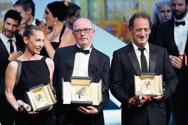 La actriz Emmanuelle Bercot, el director Jacques Audiard y el actor Vincent Lindon muestran sus premios obtenidos en Cannes (Foto Prensa Libre: AFP)