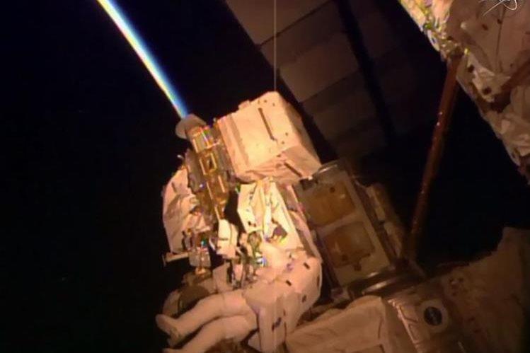 Scott Kelly realiza mantenimiento fuera de la Estación Espacial Internacional.(Foto Prensa Libre: AP).