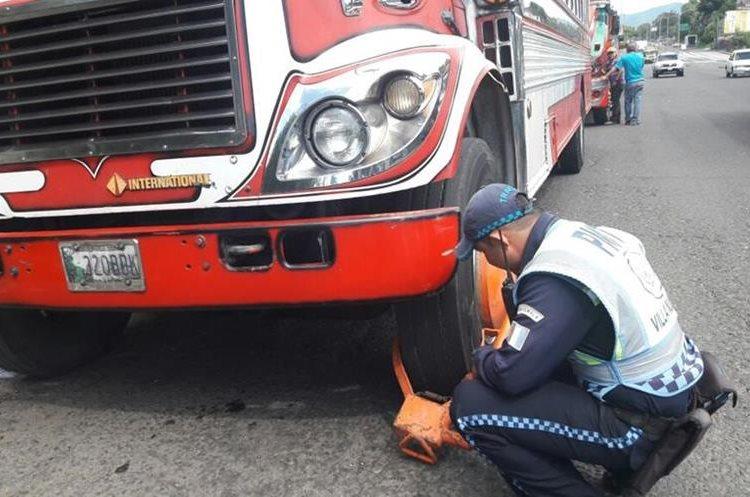 Los buses adeudaban más de Q4 mil por exceso de velocidad y sobrecarga de pasajeros. (Foto Prensa Libre: Dalia Santos)