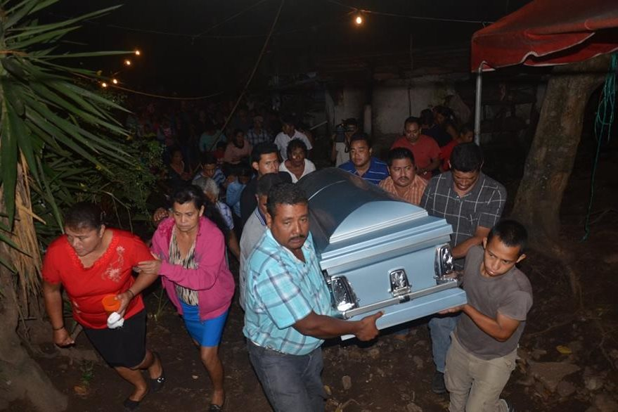 Familiares y amigos de Jaime Gutiérrez le dan el último adiós, en Nueva Santa Rosa, luego de haber muerto cuando viajaba a EE. UU. de forma ilegal. (Foto Prensa Libre: Oswaldo Cardona)