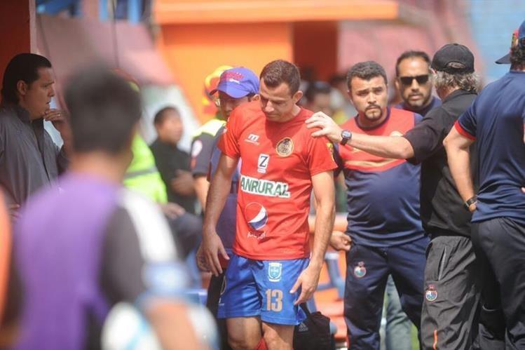 Marco Pappa sale del terreno de juego al enterarse de la muerte de su madre. (Foto Prensa Libre: Edwin Fajardo)