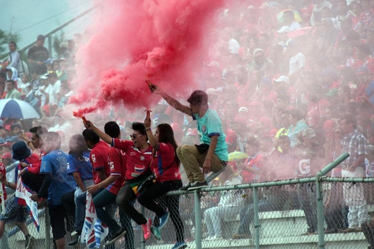 Una fiesta se volvió a vivir en el estadio Mario Camposeco. (Foto Prensa Libre: Carlos Ventura)