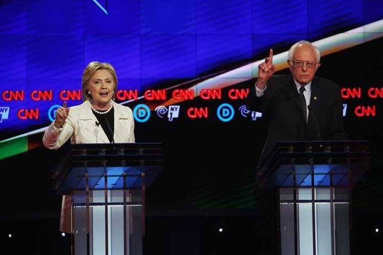 Hillary Clinton y Bernie Sanders cara a cara en el debate el jueves. (Fotos Prensa Libre: AFP).