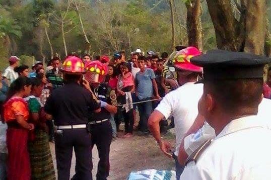 Socorristas resguardan cadáver de persona ahogada en Chicamán, Quiché. (Foto Prensa Libre: Óscar Figueroa)