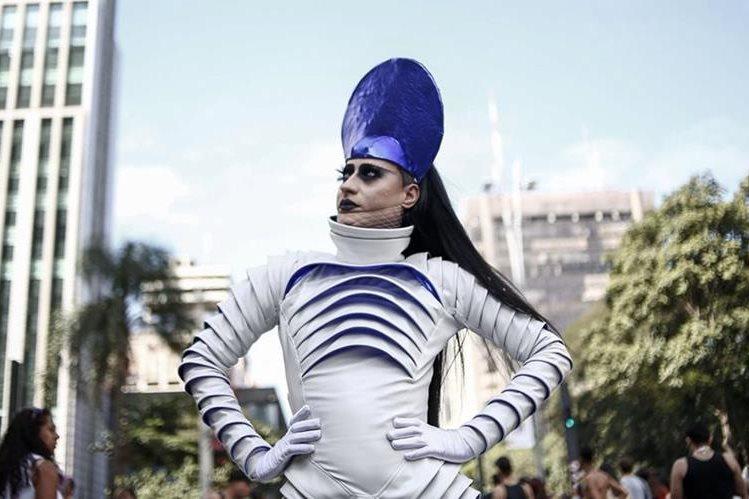 """Manifestante participa en el desfile del Orgullo Gay, cuyo tema es """"Estado Secular"""", en Sao Paulo, Brasil. (Foto Prensa Libre: AFP)"""