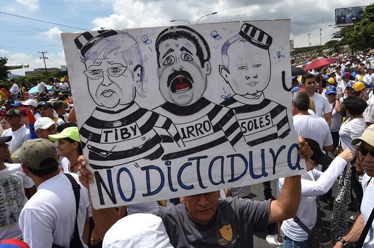 Manifestantes exigen el revocatorio de presidente Nicolás Maduro. (Foto Prensa Libre: AFP).