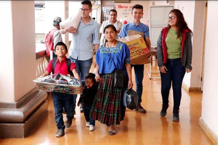 Julio José Benjamín Caal Caal recibe una beca para continuar sus estudios. (Foto Prensa Libre: Eduardo Sam)