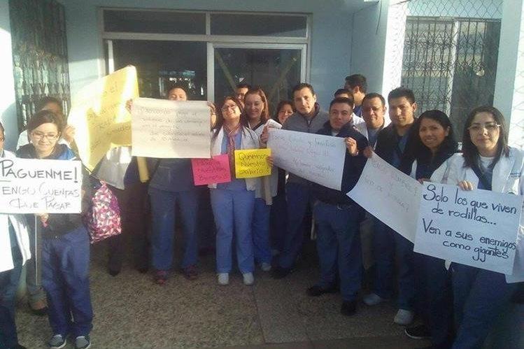 Médicos del Hospital Nacional de San Marcos muestran pancartas para exigir el pago de salarios atrasados. (Genner Guzmán)