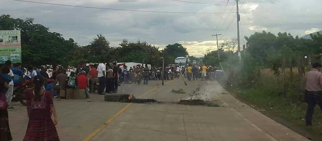 La muerte de César Yaxcal Choc originó disturbios en El Estor, Izabal. (Foto Prensa Libre:  Dony Stewart)