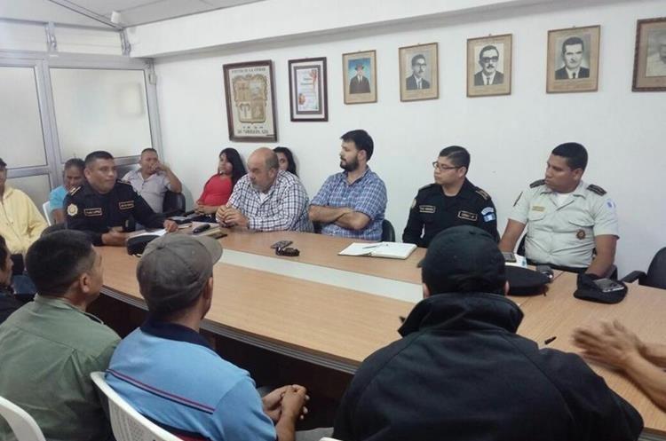 Vecinos y autoridades se reunieron para reducir los hechos de violencia en el municipio y comunidades.  (Foto Prensa Libre: Mario Morales)