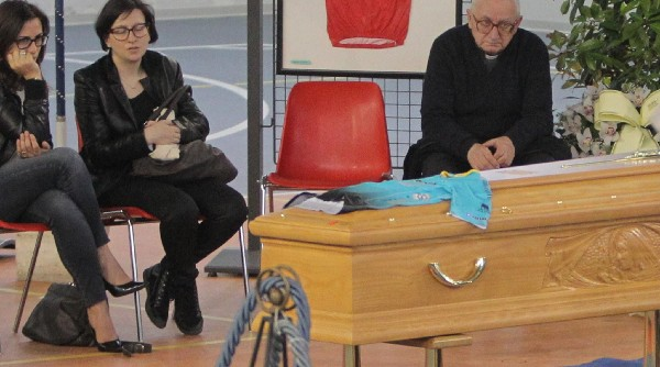 Familiares y amigos le dieron el último adiós al ciclista italiano Michele Scarponi. (Foto Prensa Libre: EFE).