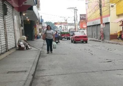 A causa de las explosiones del volcán Santiaguito, las calles de Coatepeque se encuentran llenas de ceniza. (Foto Prensa Libre: Alexánder Coyoy)