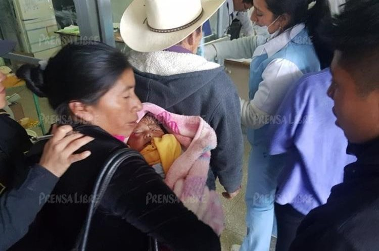 Familia se accidenta en una curva, en San José Ojetenam. (Foto Prensa Libre: Whitmer Barrera)