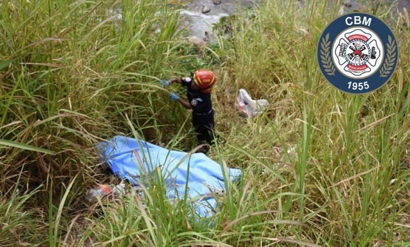 Bomberos Municipales acudieron al puente las Charcas, zona 11 capitalina, donde fue hallado el cadáver de una mujer. (Foto Prensa Libre: Bomberos Municipales)
