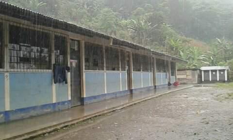 La escuela de Nachuwa se ubica en un área boscosa de San Pablo Tamahú a dos kilómetros del centro urbano. (Foto Prensa Libre: Ada Wellmann)