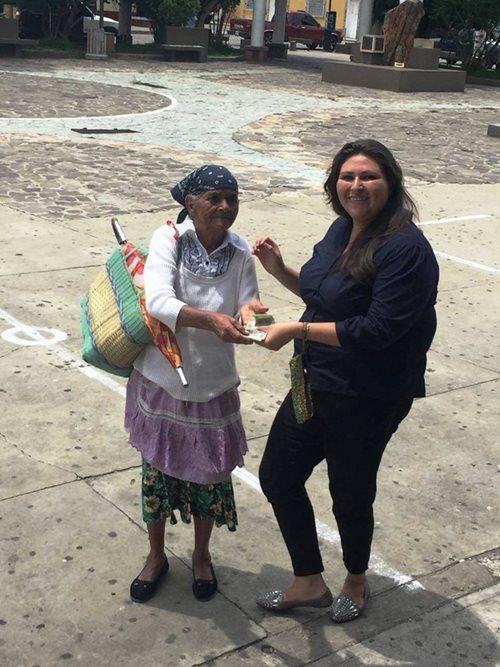 En Ipala, Chiquimula, una mujer recolectó latas para venderlas, con lo que obtuvo se acercó a un centro de acopio para donarlo. (Foto Prensa Libre: Cortesía)