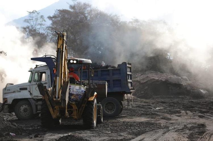 Maquinaria fue ingresada el sábado a la zona devastada por la erupción del Volcán de Fuego, otra trabajaba para despejar la carretera RN 14 (Foto, Prensa Libre: Carlos Hernández).