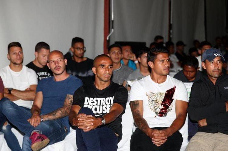 Fredy Thompson (centro) estuvo en la reunión y es uno de los futbolistas apoyados. (Foto Prensa Libre: Carlos Vicente)