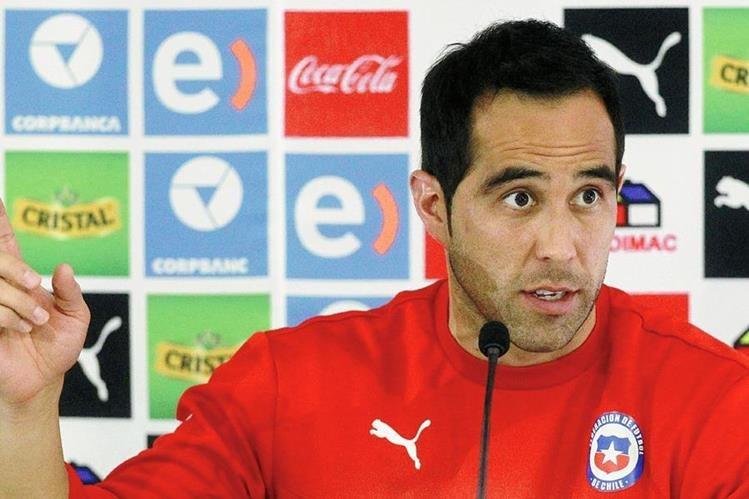 El portero de la selección de Chile, Claudio Bravo atendió a los medios en conferencia de prensa. (Foto Prensa Libre: AFP)