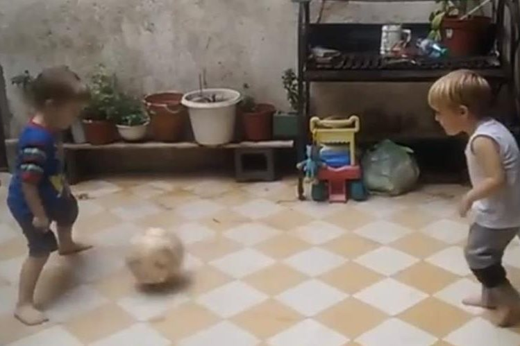Dos niños protagonizan vídeo viral, jugando futbol. (Foto Prensa Libre: Redes Sociales)