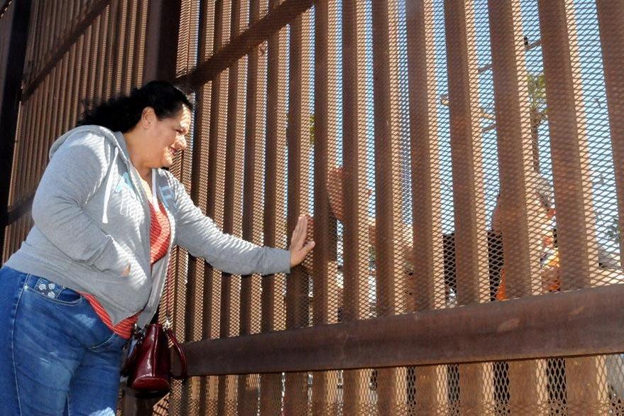 Miriam Rodríguez, vino desde Los Ángeles EE. UU. a la frontera de Mexicali, para conocer a sus nietos en el Día del Amor. (Foto Prensa Libre: EFE).