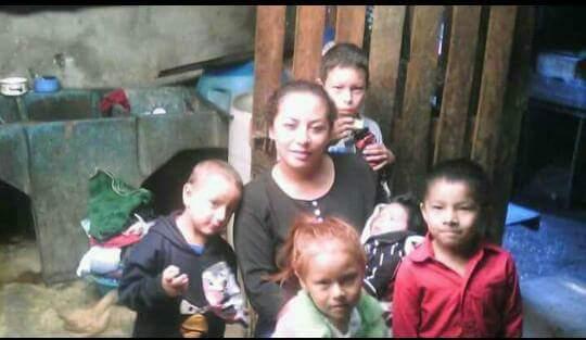 Dilcia Muralles, junto a cinco de sus seis hijos. Todos murieron por la erupción del Volcán de Fuego. (Foto Prensa Libre: Cortesía de familia Muralles)
