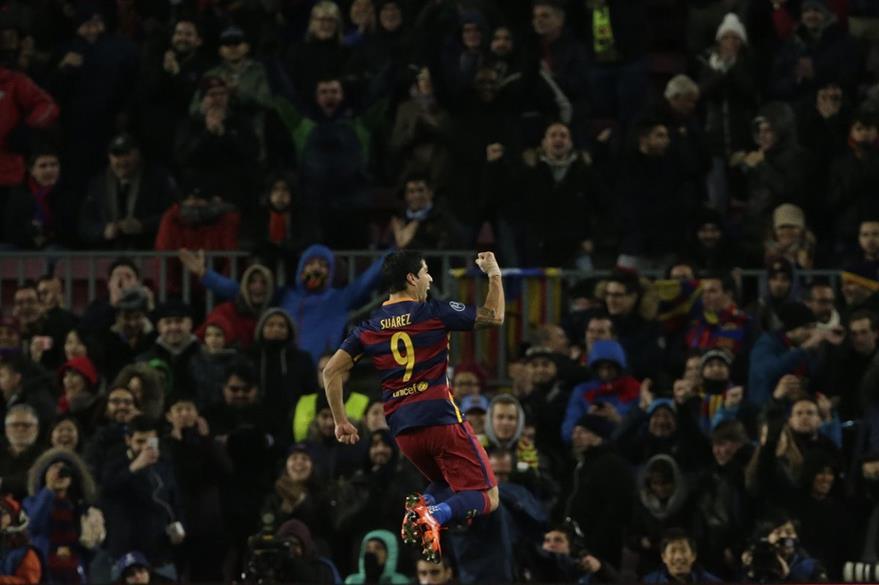 Suárez salta y empuña su mano derecha para festejar el 3-0 parcial del equipo catalán contra la Roma. (Foto Prensa Libre: AP )