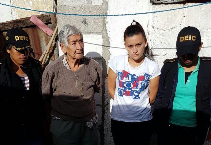 Saturnina Pérez Montes, de 86 años, fue detenida junto a Adriana Ramírez, sindicadas de extorsión y asesinato, respectivamente. (Foto Prensa Libre: PNC)