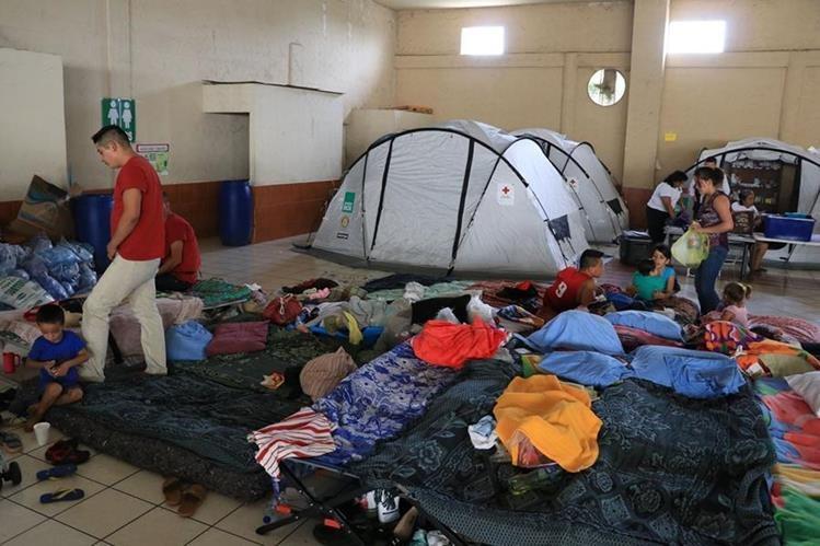 A los niños con varicela y a sus familias se les habilitó una carpa para evitar más brotes de la enfermedad.(Foto Prensa Libre: Enrique Paredes)
