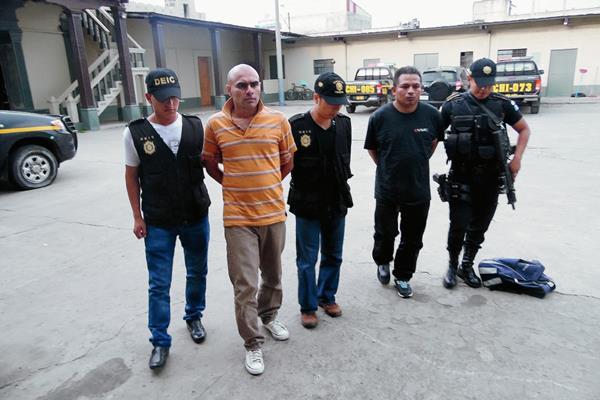 """Édgar Yovanni Capriel Xet, alias """"el Cuto"""" (Der.), y Arnoldo Hermeni Juárez González fueron detenidos en la zona 3 de Chimaltenango. (Foto Prensa Libre:)"""