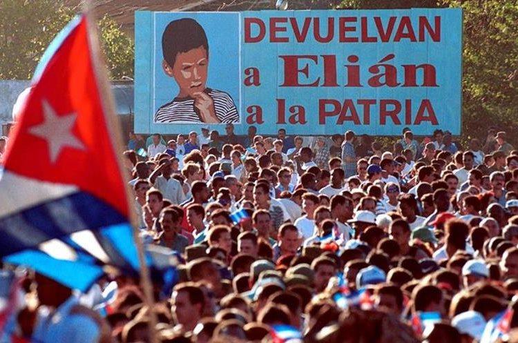 Manifestación masiva el 7 de enero de 2000 en Cárdenas, Cuba en apoyo a la devolución de Elián González a su padre. (Foto: AP)