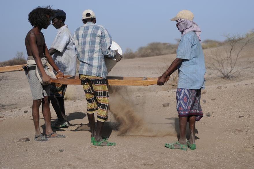 Miembros de la expedición hacen trabajos para recabar más pruebas sobre el descubrimiento científico. (Foto Prensa Libre: AP).